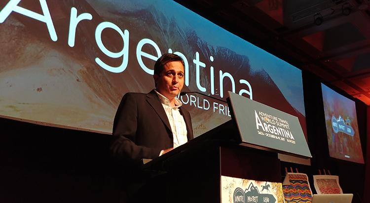 El secretario de Turismo, Alejandro Lastra, hablando en el cierre del congreso