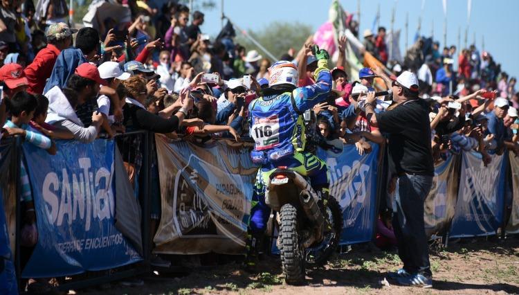 Espectadores reciben a competidor del Dakar