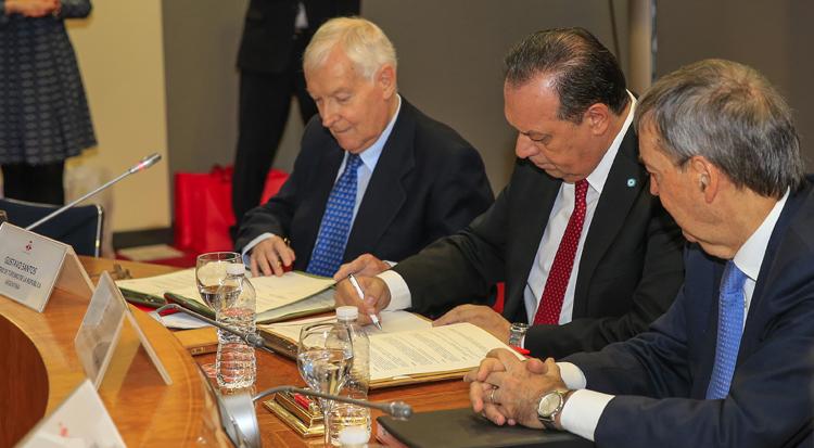 Santos firma el convenio para avanzar con la organización del congreso de la lengua