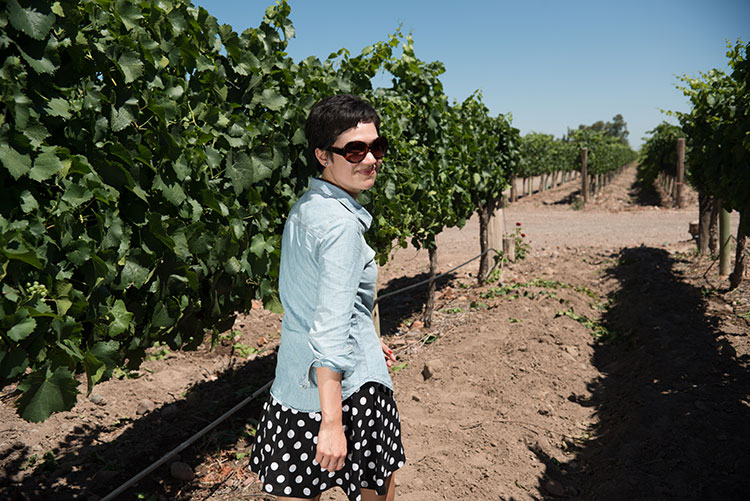 Una turista paseando por viñedos mendocinos